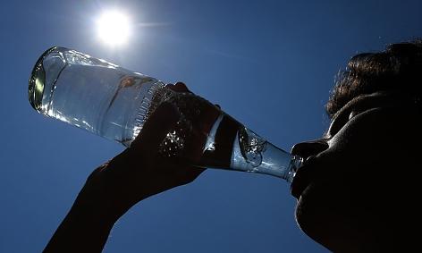 Ein Mann trinkt Wasser aus der Flasche