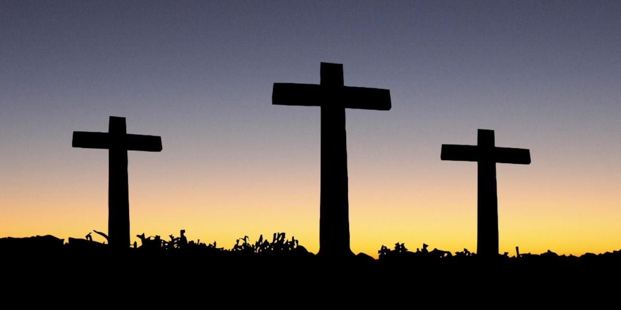 Drei Kreuze auf Hügel