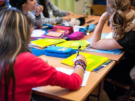 Schülerinnen in einer Klasse