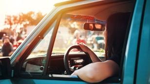 Frau / Mädchen im Auto