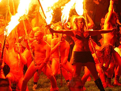 Teinlehmer bei einem keltischen Beltanefest mit Feuer und Tanz