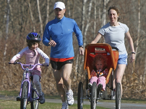 Paar mit Kindern beim Jogging