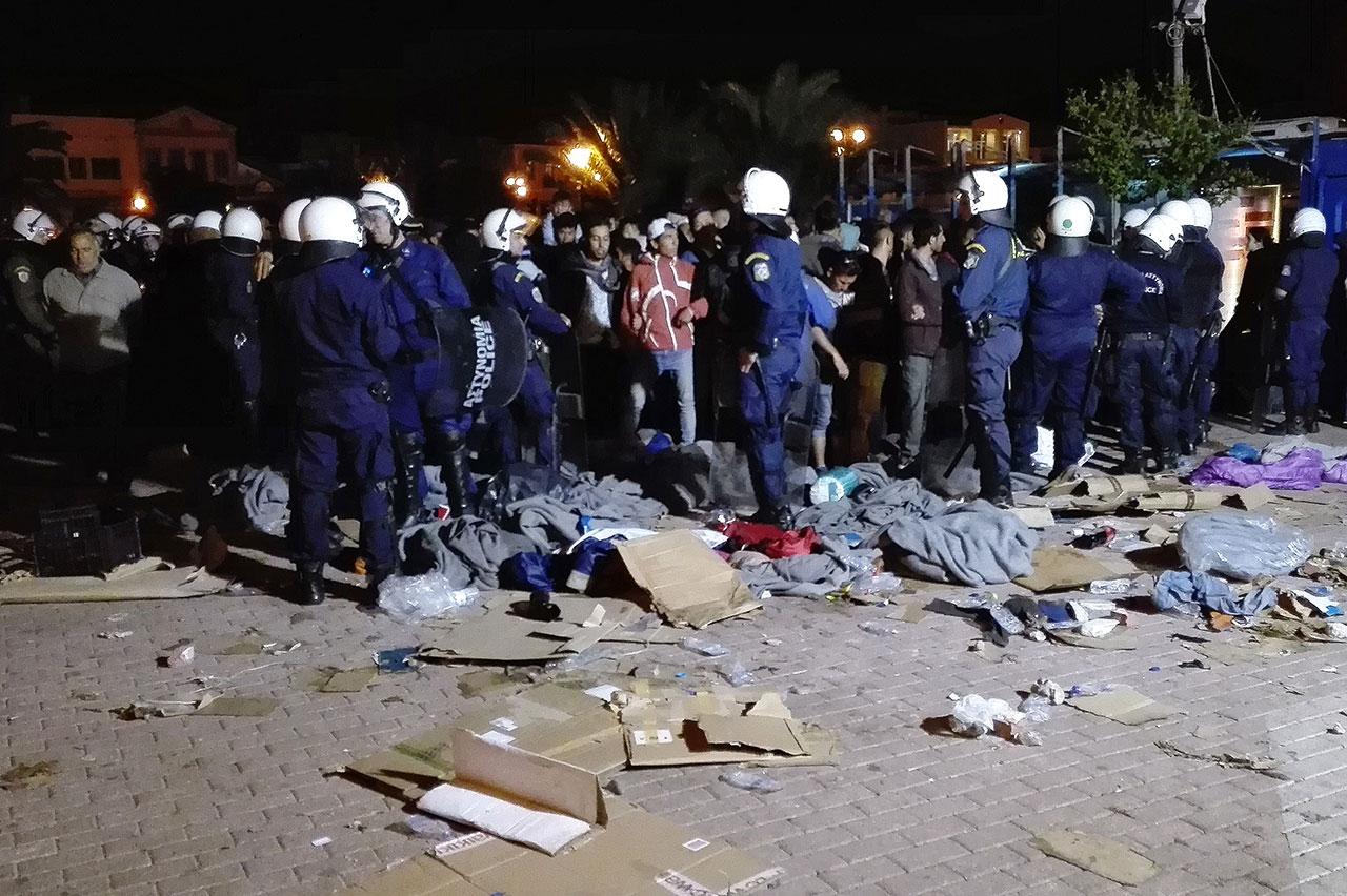 Viel Polizei nach dem Angriff durch Rechtsextreme auf Refugees
