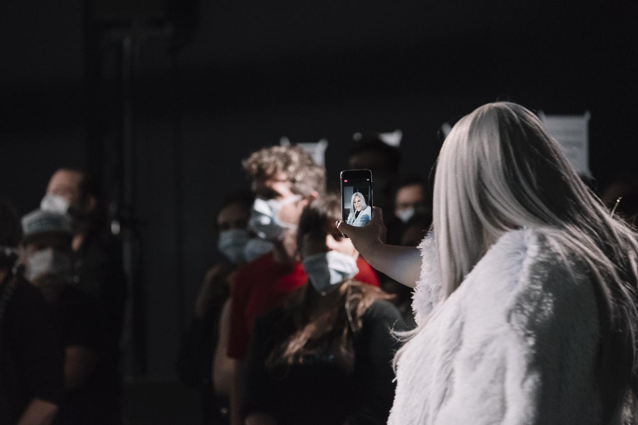 Barbis Ruder als real influenca bei der Performance #likemetoo