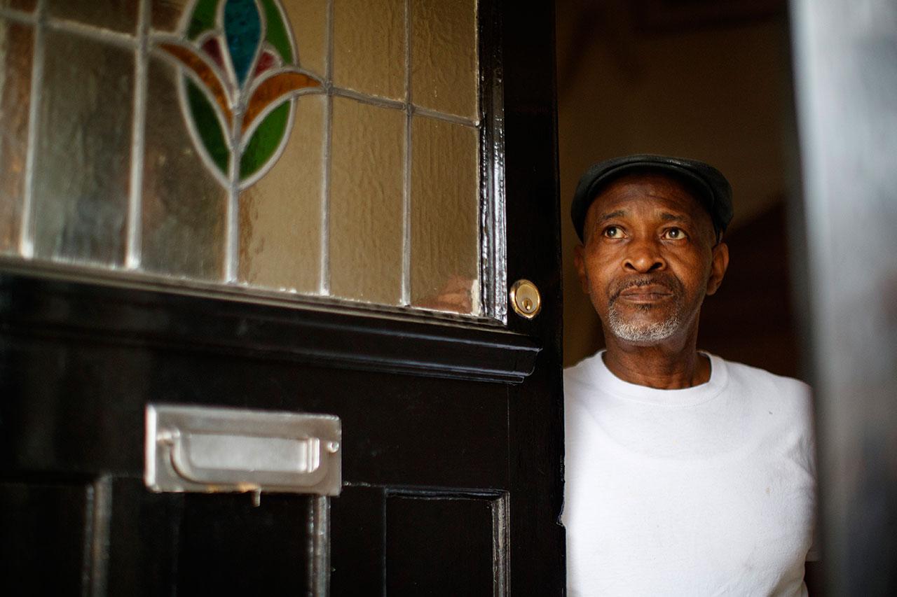 Anthony Bryan öffnet seine Tür