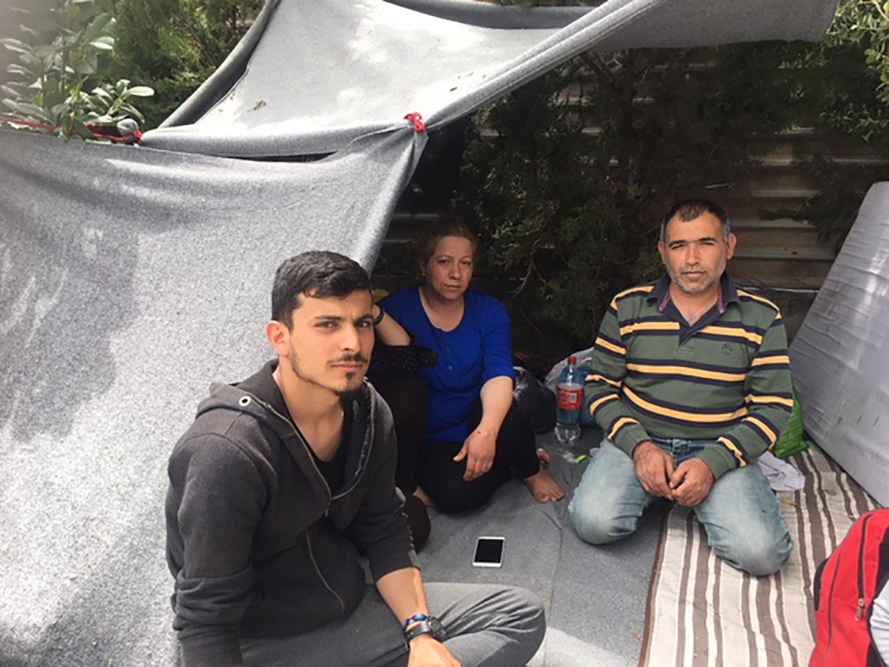 Familie von Afrin vor dem Lager Elaionas