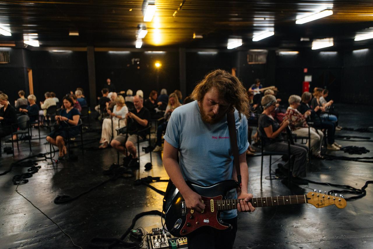 Passing through metals Strick Performance Donaufestival