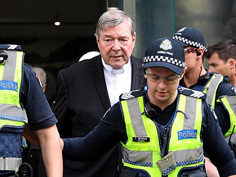 Kardinal George Pell verlässt ein Gerichtsgebäude in Melbourne, Australien