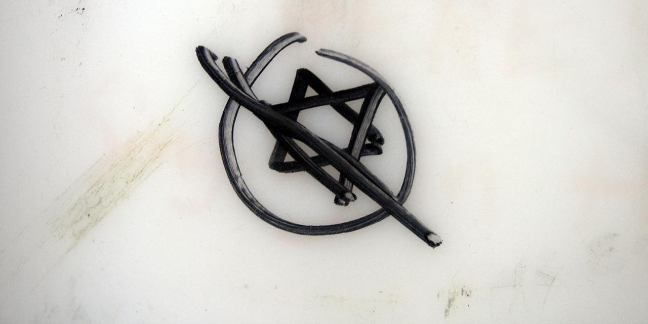 durchgestrichener Judenstern auf Marmorwand