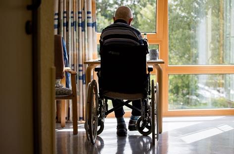 Mann im Rollstuhl im Altenheim