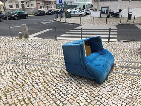 Soco Blog von Clemens - Couch liegt vorm Hotel