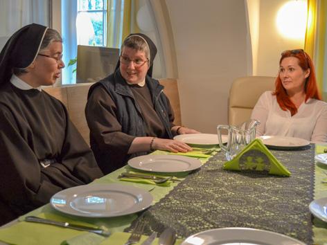 Sr. Clara Berger, Sr. Laurentia Niggas, Desiree Amschl-Strablegg (Pflegerische Leiterin VinziDorf Hospiz).