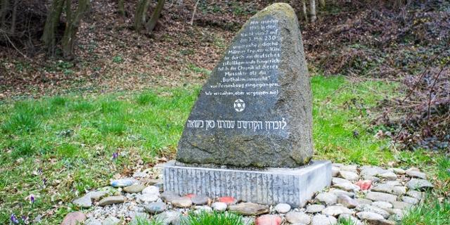 Gedenkstein in Hofamt Priel für 228 ermordete jüdische ZwangsarbeiterInnen