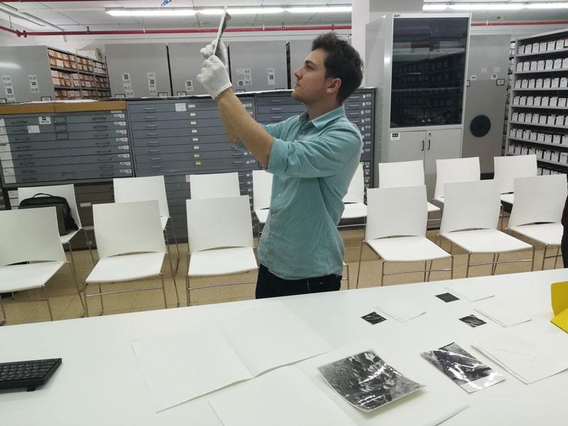 Tobias Hochstöger sichtet im Archiv von Yad Vashem Bilder des Massakers