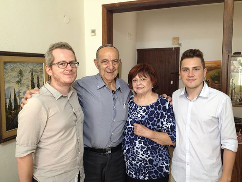 Hans (r.) und Tobias Hochstöger besuchen den Überlebenden Yakov Schwartz und seine Frau Elisheva in Israel