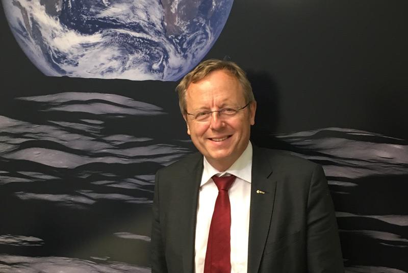 Jan Wörner vor Abbildung der Erde