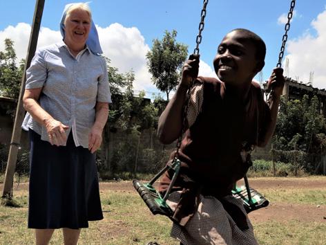 Sister Mary Kileen mit Schulkind auf Spielplatz in der St.Chatherines Schule in Nairobi