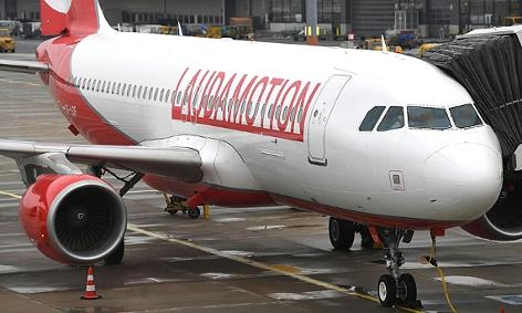 Eine Maschine der Laudamotion am Flughafen Schwechat