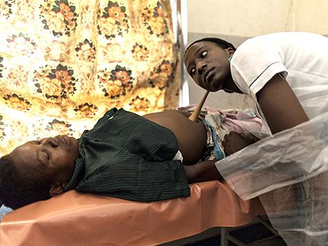 Eine Krankenschwester untersucht eine Schwangere in Nsanje, Malawi