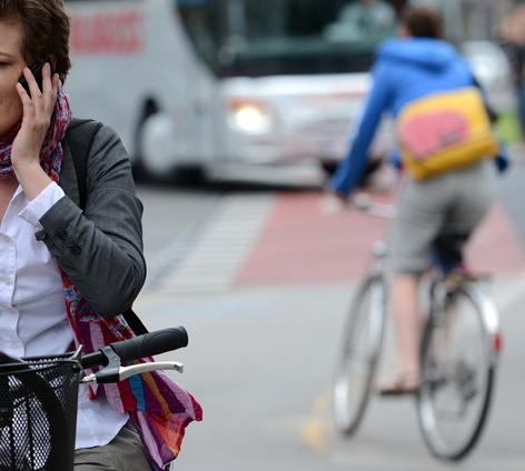 Radfahrerin beim Telefonieren