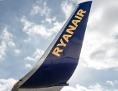 Firmenschriftzug und Logo der Fluggesellschaft Ryanair auf einer Boeing 737-800