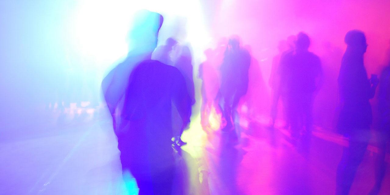 Silhouetten von Tanzenden