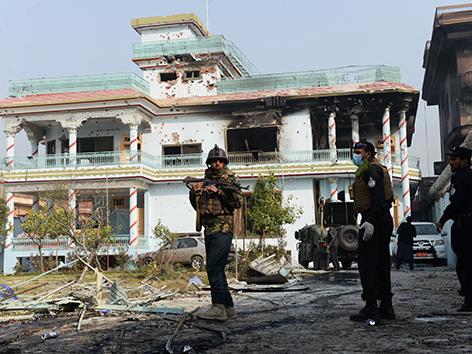 Soldaten vor einem zersörten Haus in Jalalabad/Afghanistan