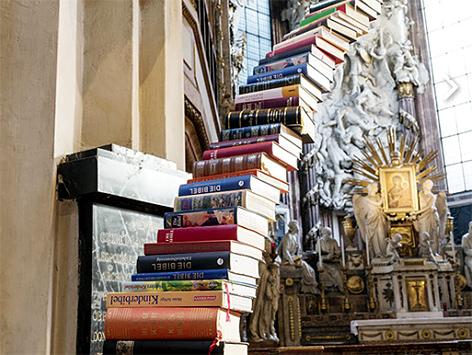 """Siegerprojekt """"Stairway to Heaven"""" des Bibwelwerk-Wettbewerbs """"transformiert statt ausrangiert"""" von Jochen Höller in der Wiener Michaelerkirche"""