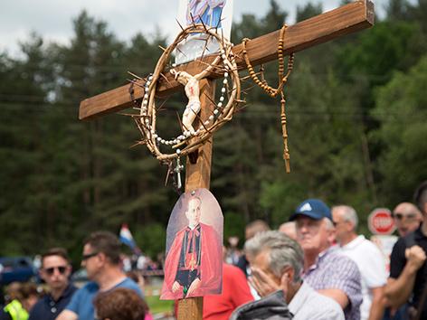 Teilnehmer am umstrittenen Gedenken in Bleiburg mit einem großen Kruzifix