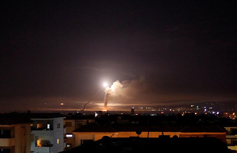 Explosion erhellt den Nachthimmel