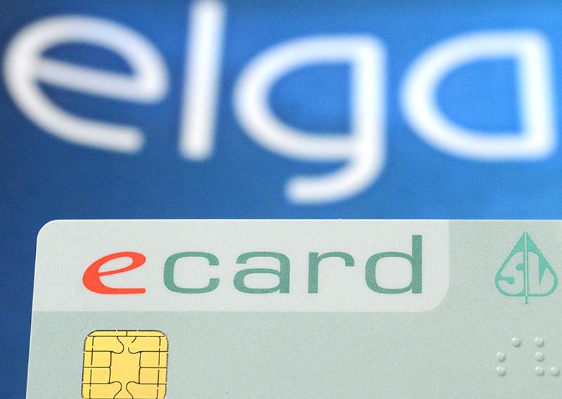 """Eine E-Card, im Hintergrund das """"elga""""-Logo"""