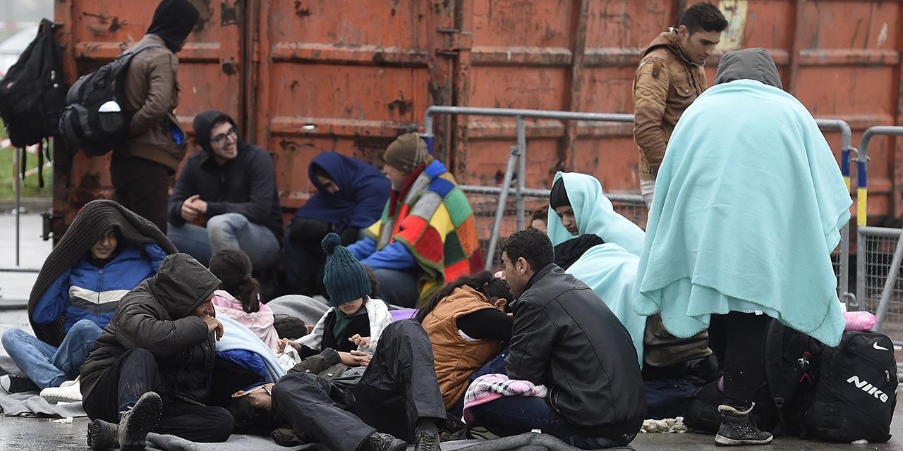 Flüchtlinge warten auf ihre Weiterfahrt aufgenommen