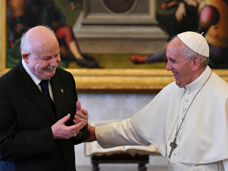 Malteser-Großmeister Giacomo Dalla Torre del Tempio di Sanguinetto mit Papst Franziskus lachend