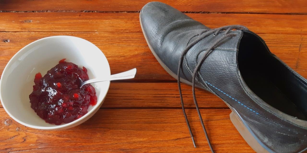 Schuh neben Marmelade