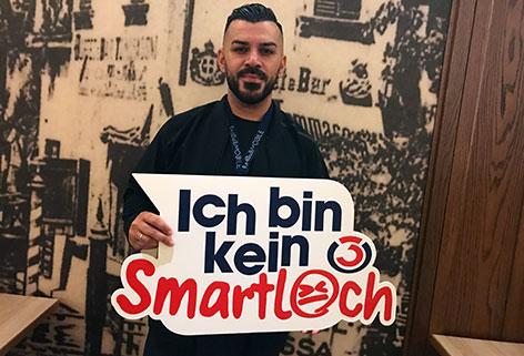 """Nazar mit """"Ich bin kein Smartloch""""-Schild"""