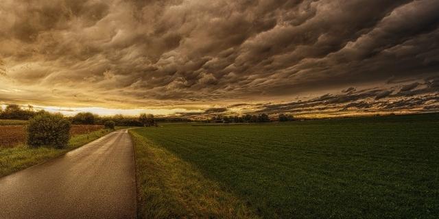 Straße/Wolken