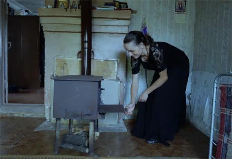 Georgische Frau an einfachen Ofen