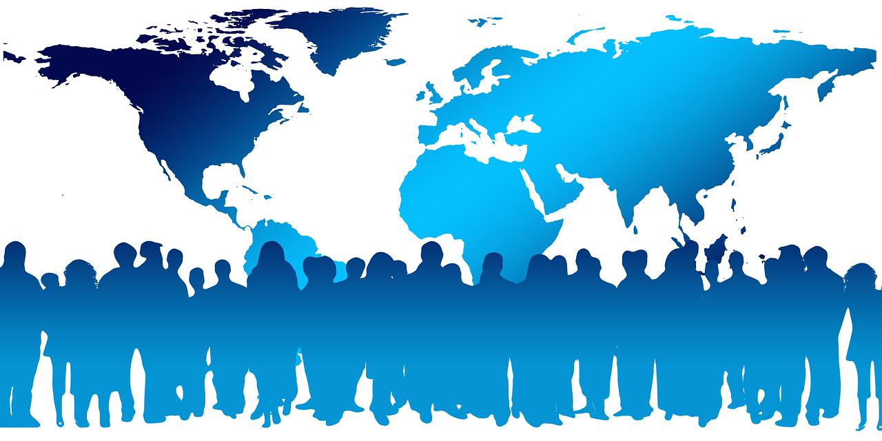 Menschenmenge und Weltkarte
