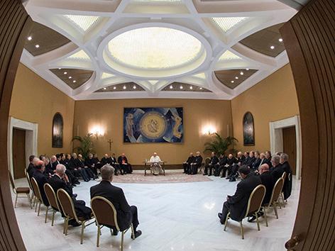 Papst Franziskus im Kreis mit Bischöfen aus Chile