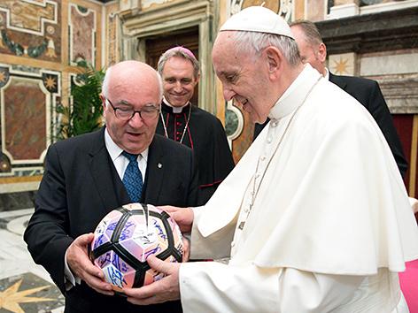 Papst Franziskus mit dem Präsidenten der Italienischen Fußballföderation (FIGC), Carlo Tavecchio