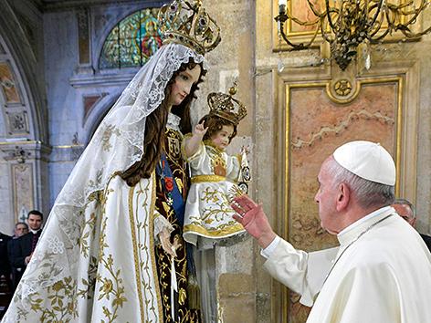 Papst Franziskus vor einer Marienstatue in Santiago-Kathedrale in Chile