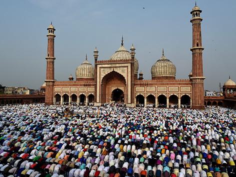 Muslimische Gläubige vor einer Moschee in Neu Delhi
