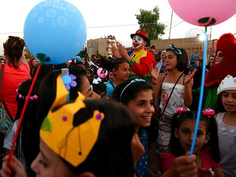 Syriesche Kinder mit Luftballons am Ende des Ramadans beim Eid al-Fitr-Fest