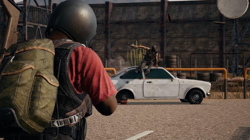 """Screenshot aus """"PlayerUnknown's Battlegrounds"""": Eine Figur läuft auf ein weißes Auto zu, von dem eine andere Figur springt."""