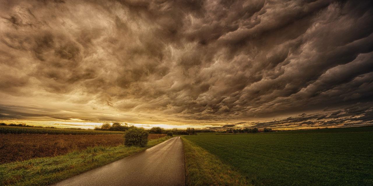 Straße und Wolken