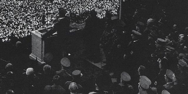 Menschenmenge auf dem Wiener Heldenplatz, 15. März 1938