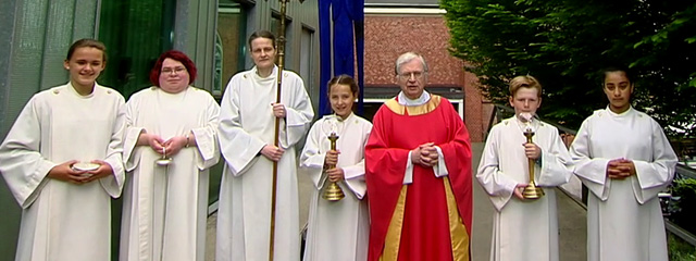 Pfarrer mit Ministranten