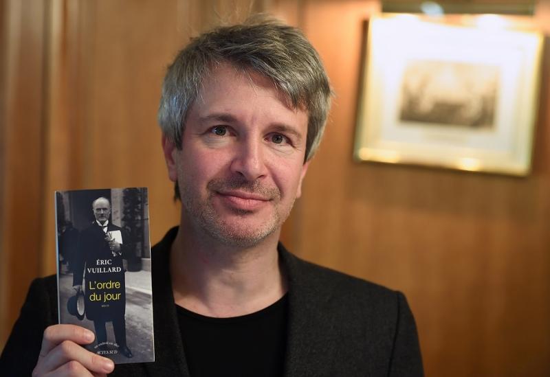 """Eric Vuillard mit seinem Buch """"L'ordre du jour"""""""