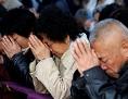 Gläubige betend in Tianjin bei einer Messe