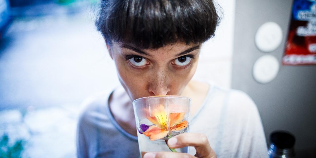 Clara Luzia trinkt